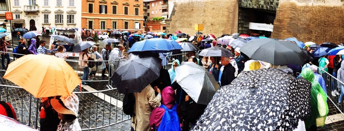 Line to the Vatican Museums is one of Tempat yang Disukai Kawika.