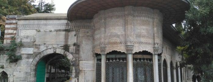 Hekimoğlu Ali Paşa Uygulamalı Türk-İslâm Sanatları Kütüphanesi is one of Istanbul Kütüphaneleri.