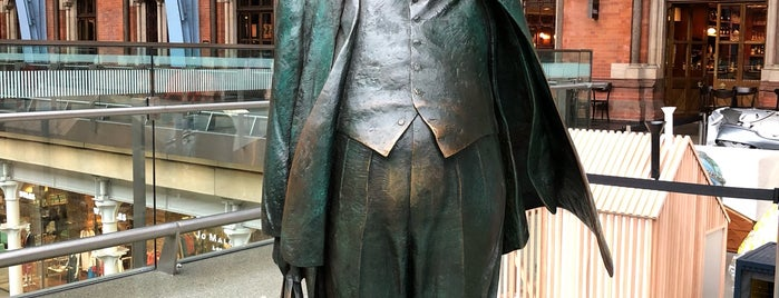 Sir John Betjeman Statue is one of Tempat yang Disukai Paul.