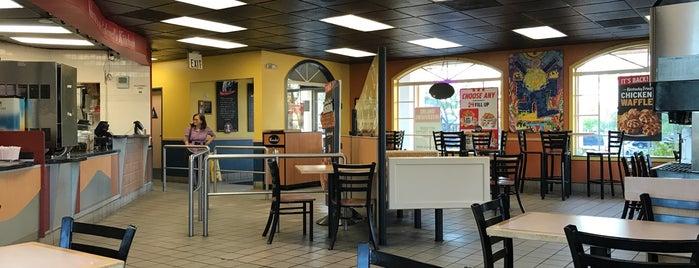 Taco Bell/KFC is one of Lugares favoritos de Jennifer.