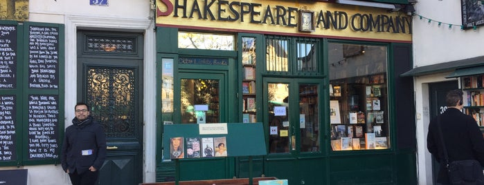 Shakespeare & Company is one of Orte, die Fndotucci gefallen.