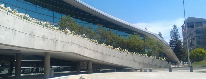 Fresno City Hall is one of Art Galleries.