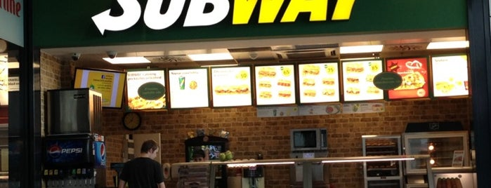 Subway is one of Tempat yang Disukai Veronica.