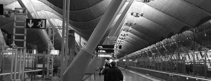 Aeroporto de Madrid-Barajas (MAD) is one of Locais curtidos por Jorge.