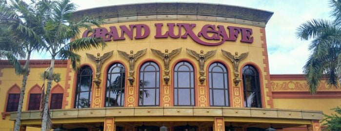 Grand Lux Cafe is one of Locais curtidos por David.