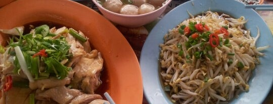 Restoran Lou Wong Tauge Ayam KueTiau (老黄芽菜鸡沙河粉) is one of Ipoh Foodhunt.