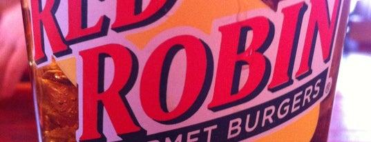 Red Robin Gourmet Burgers and Brews is one of Tempat yang Disukai Jennifer.