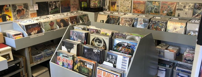 Vinyl Revival Store is one of Orte, die Carl gefallen.