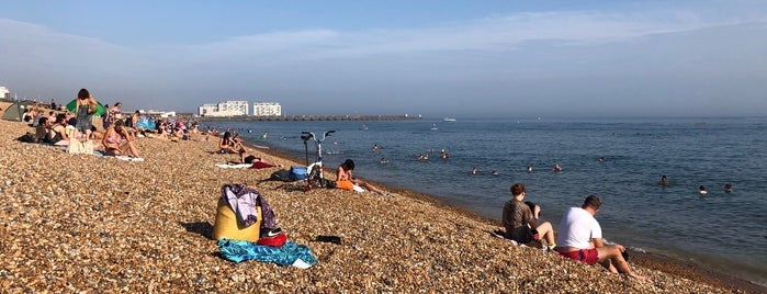 Kemp Town Beach is one of Lugares favoritos de Chris.