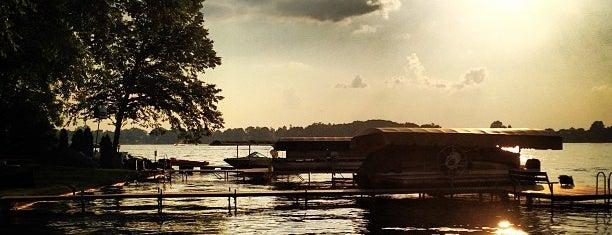 Browns Lake is one of Lugares favoritos de Kyle.