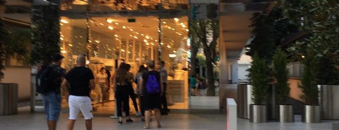H&M is one of Lugares favoritos de Mertesacker.