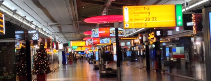 Aeroporto de Amesterdão Schiphol (AMS) is one of Locais curtidos por Frank.