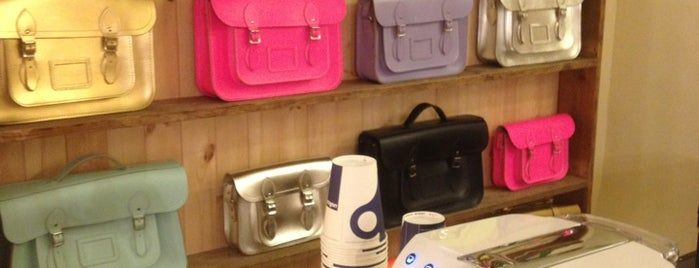 The Cambridge Satchel Company is one of Lugares favoritos de Nicole.