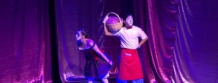 Un Teatro is one of Tempat yang Disukai Fabiola.