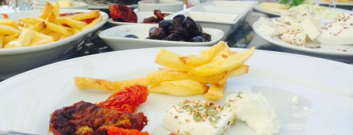 Çınarlı Cafe&Restaurant&At Çiftliği is one of Lieux qui ont plu à MehmetCan.