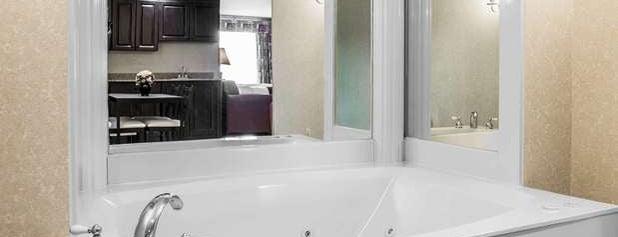 Comfort Suites is one of Lugares favoritos de Andrew.