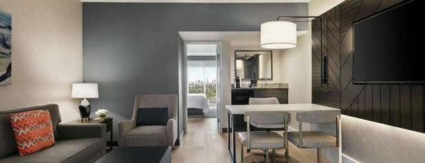 Embassy Suites by Hilton is one of Andrew'in Beğendiği Mekanlar.