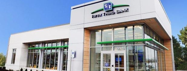 Fifth Third Bank & ATM is one of Poplifeさんのお気に入りスポット.