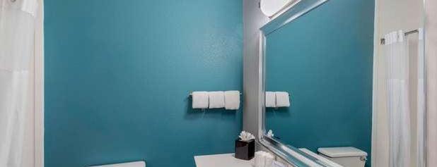 Clarion Inn & Suites Dfw North is one of Tempat yang Disukai Eli.