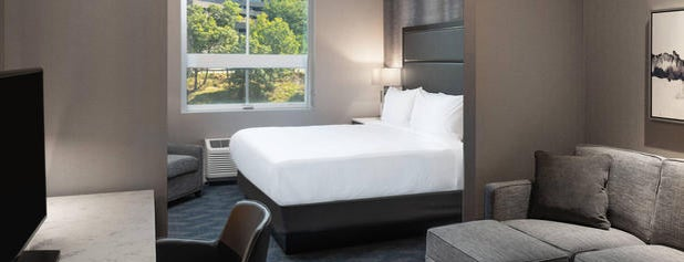 Fairfield Inn & Suites by Marriott Boston Waltham is one of สถานที่ที่ Consta ถูกใจ.
