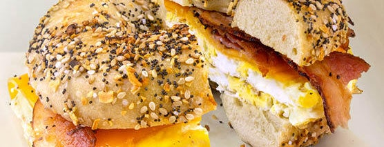Bruegger's Bagel Bakery is one of Lugares favoritos de Julie.