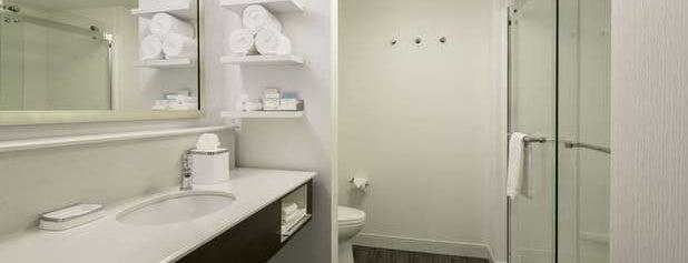 Hampton Inn & Suites is one of Locais curtidos por Joey.