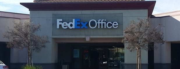 FedEx Office Print & Ship Center is one of Lugares favoritos de Kelsey.