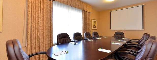 Hampton Inn & Suites is one of Lieux qui ont plu à Yunus.