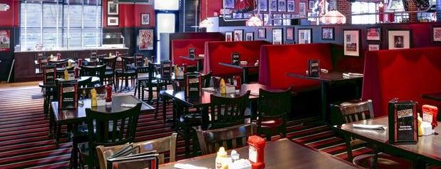 Coaches Bar & Grill Bloomington is one of สถานที่ที่ Jared ถูกใจ.