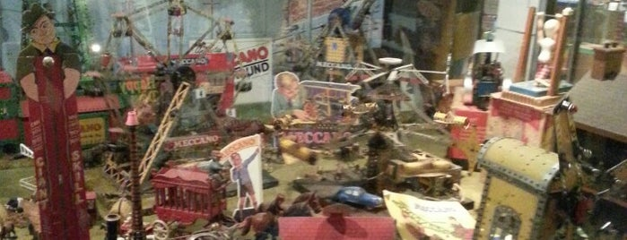 House On The Hill Toy Museum is one of Lugares favoritos de Carl.