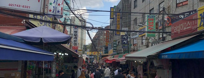 Dongdaemoon Stationery and Toy Market is one of Seoul.