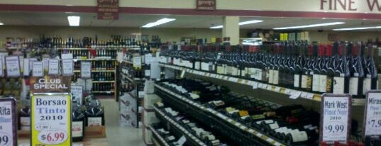 Binny's Beverage Depot is one of Lugares favoritos de Mike.