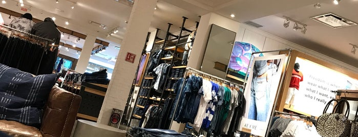American Eagle Outfitters is one of Tempat yang Disukai Pablo.