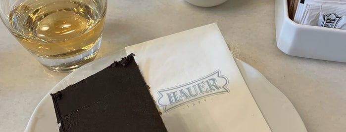 Hauer Confectionery and Café is one of Dilek 님이 좋아한 장소.
