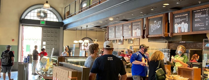 The Trolley Car Café (ft. Starbucks) is one of Lugares favoritos de Lindsaye.