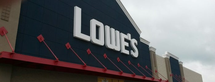 Lowe's is one of Locais curtidos por Leslie.