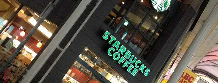 Starbucks is one of Lugares favoritos de Nils.