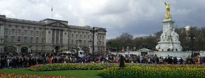 Buckingham Palace is one of London <3.