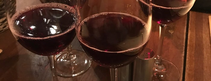 Хачапури и вино is one of Locais curtidos por Elena.