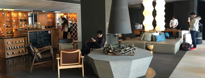 Shiki Niseko Lobby Lounge is one of Lugares favoritos de Christina.