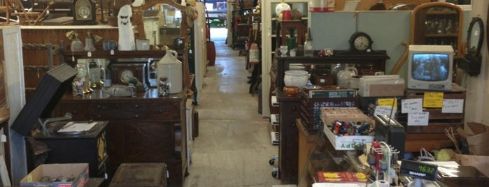 D&L Treasures is one of Mercatini vintage on-the-road.
