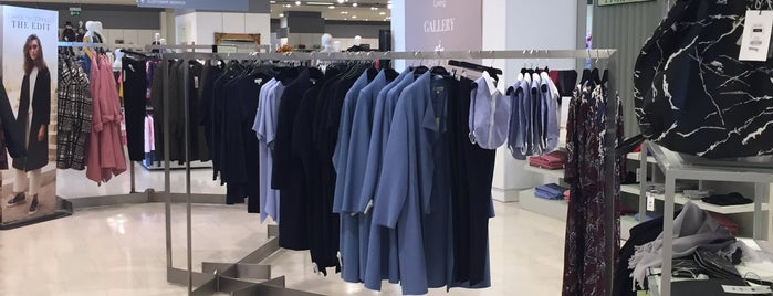 Dunnes Stores is one of Lugares favoritos de Thais.