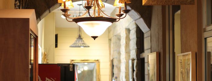 Salon Lujon is one of Orte, die Nicholas gefallen.