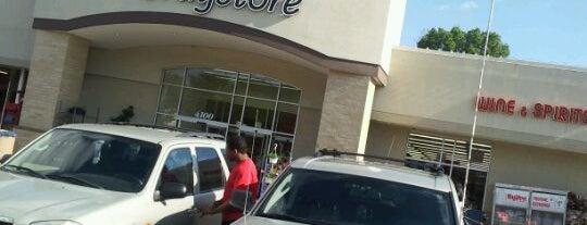 Hy-Vee Drugstore is one of Locais curtidos por CeeJay.