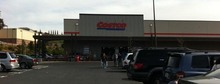 Costco is one of Orte, die Alecia gefallen.