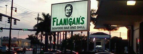 Flanigan's Seafood Bar & Grill is one of Tempat yang Disukai Estela.