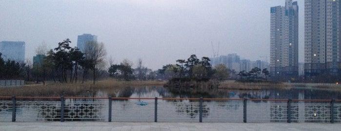 미추홀공원 is one of Tempat yang Disukai Meri.