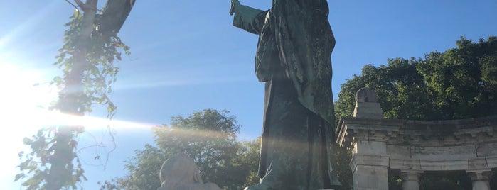 Szent Gellért-szobor is one of Budapest.