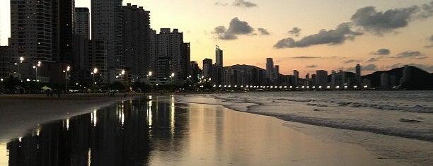 Praia Central de Balneário Camboriú is one of Orte, die Káren gefallen.