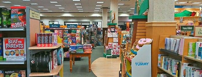 Barnes & Noble is one of Tom'un Beğendiği Mekanlar.